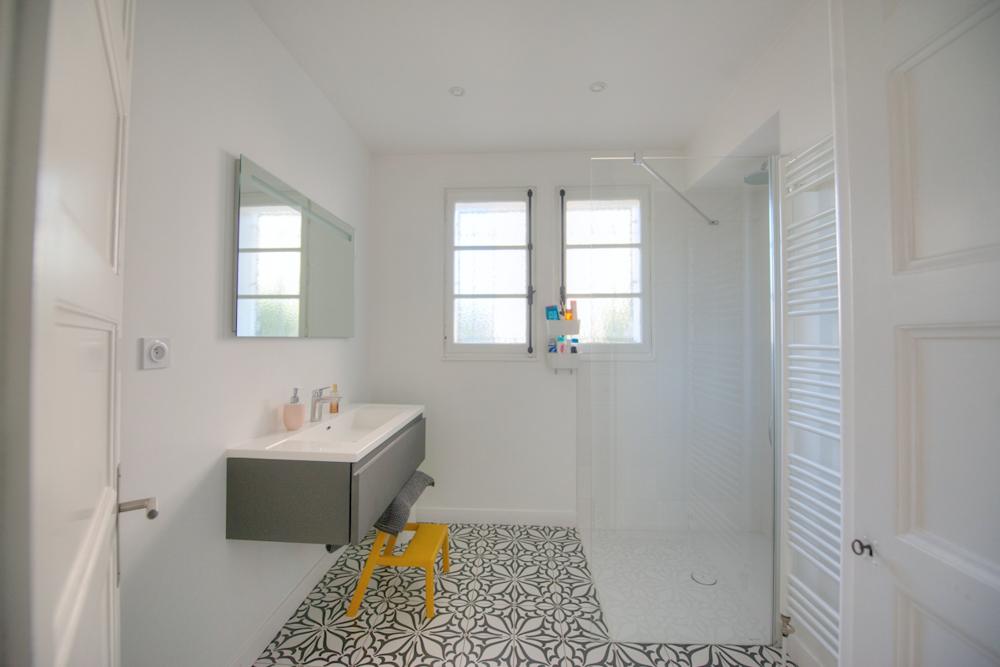 salle-de-bain-sur-mesure-originale-carrelage-douche-italienne ...