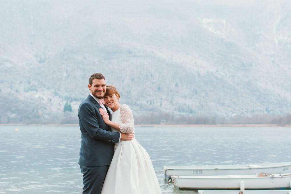 séance couple engagement lac d'annecy hiver