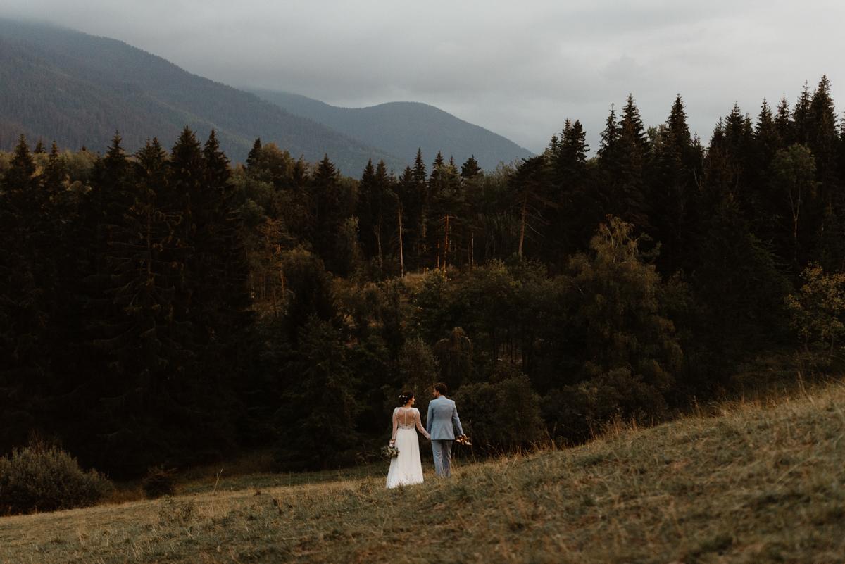 mariage au pied des montagnes dans les alpes