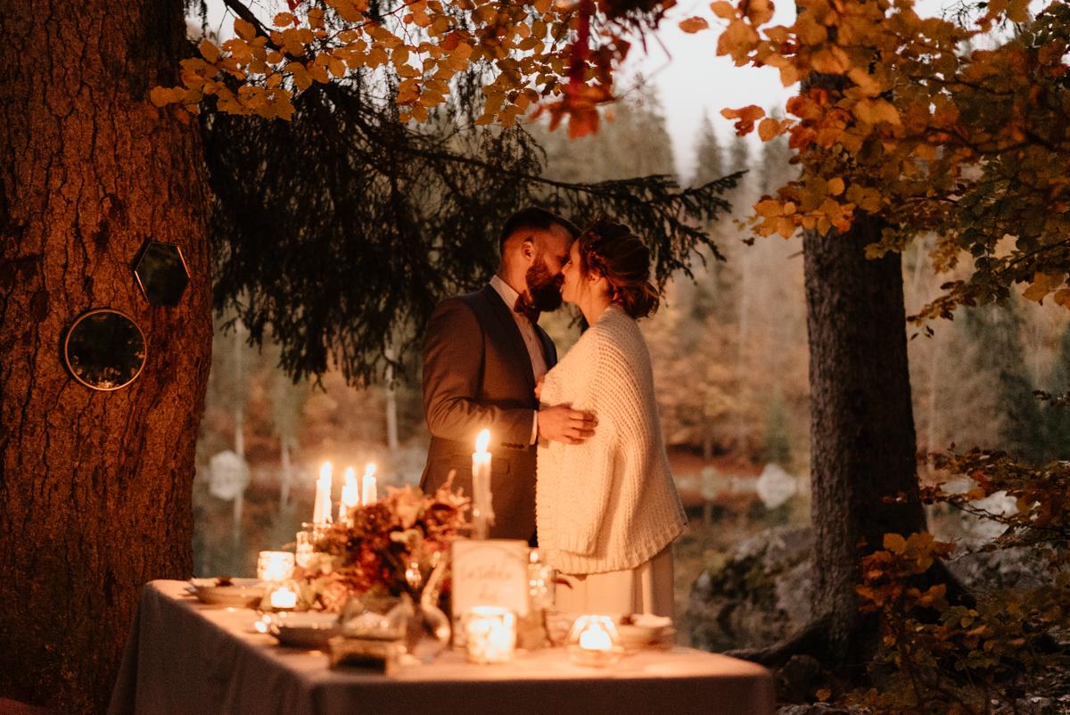 jeunes mariés au bord du lac vert de passy